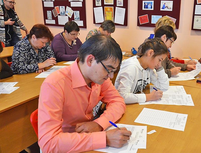 Александр Долматов учит ольговских гимназистов истории и краеведению. Участие в тестировании для него своеобразная проверка знаний.