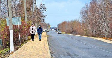 Пешеходы и автомобилисты уже смогли по достоинству оценить качество ремонта дороги и тротуара.