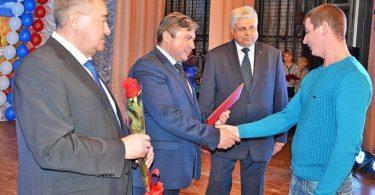 Глава района С.П. Москворецкий награждает лучших работников агропрома.