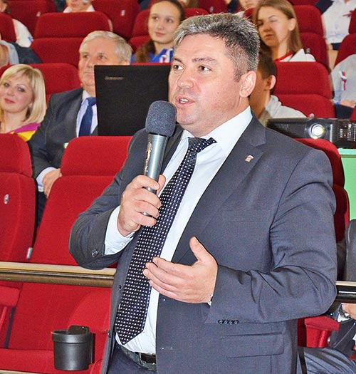 В своем приветственном слове глава Добринского муниципального района Сергей Москворецкий отметил значимость нынешней встречи. Он пожелал молодым людям успеха в делах, учебе и спорте.