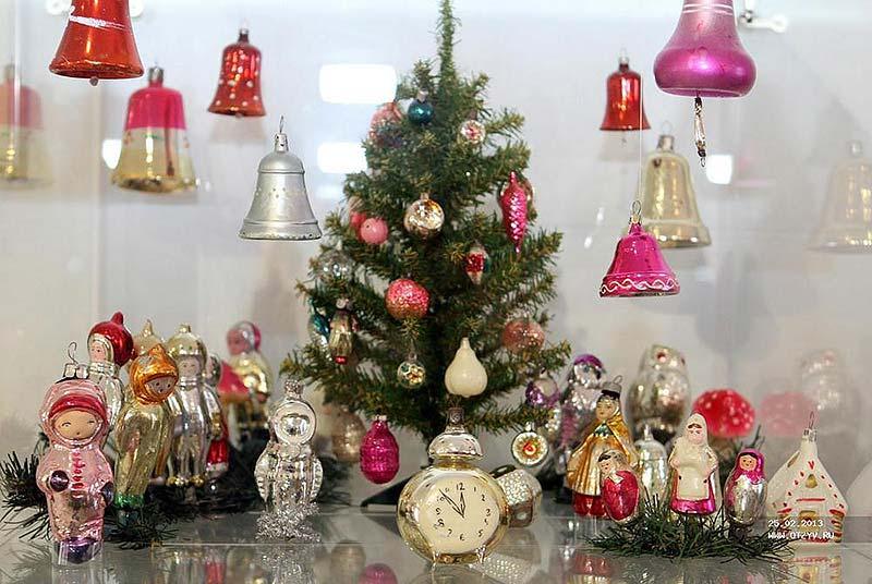 Музеи ёлочной игрушки (Клин, Московская область и Великий Устюг, Вологодская область) Здесь можно увидеть богатую коллекцию старинных ёлочных украшений А также узнать, как делают стеклянные ёлочные игрушки мастера-стеклодувы и художники.