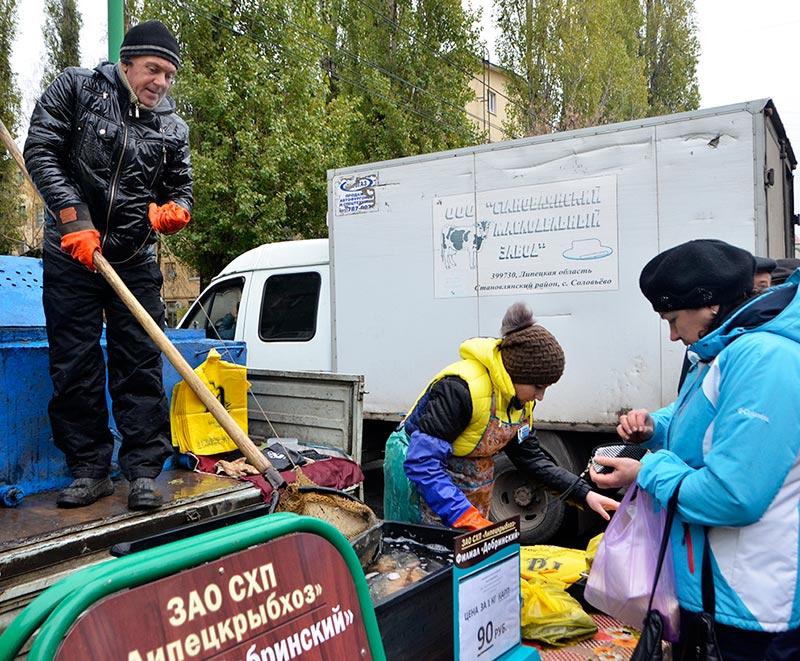 Работники филиала «Добринский» ЗАО СХП «Липецкрыбхоз» привезли на ярмарку живую рыбу.