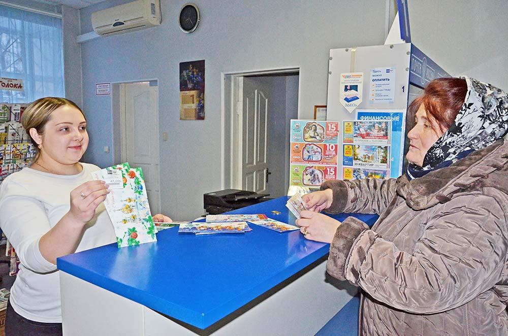 Жительница райцентра Наталья Попова зашла на почту, чтобы купить новогоднюю открытку и поздравить своих уважаемых коллег по работе.