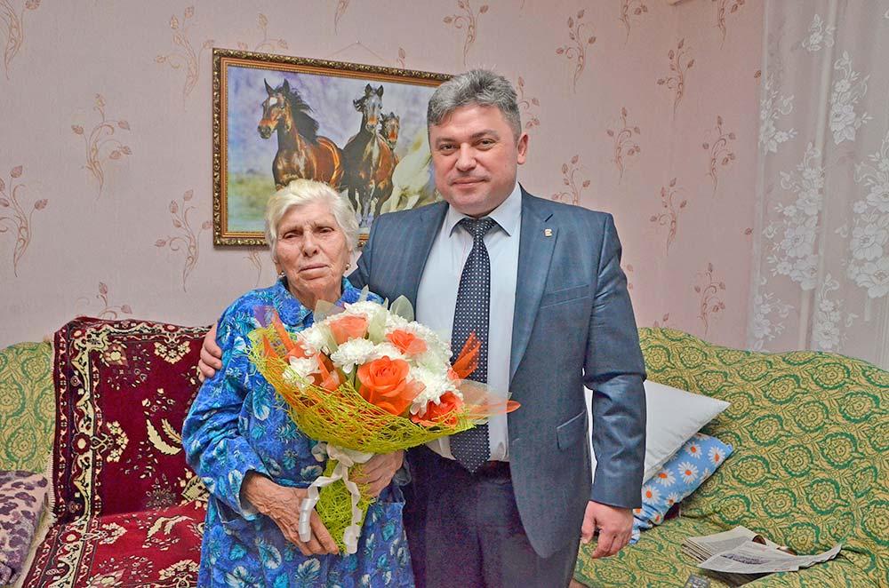 Поздравить уважаемого человека с 88-м днем рождения приехал глава Добринского района Сергей Москворецкий.