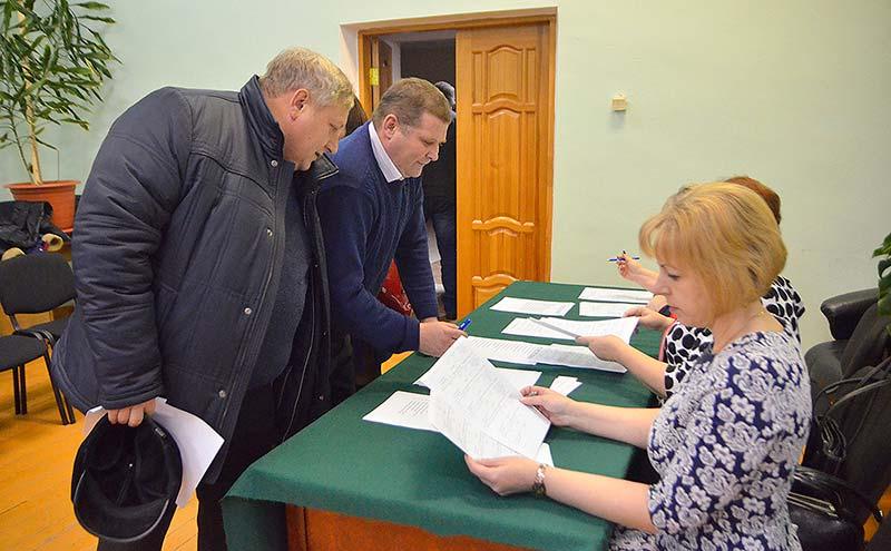 Идет регистрация делегатов партийной конференции.