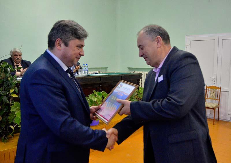 Лучшие единороссы получили награды от секретаря местного отделения партии «Единая Россия», главы Добринского муниципального района С.П. Москворецкого.