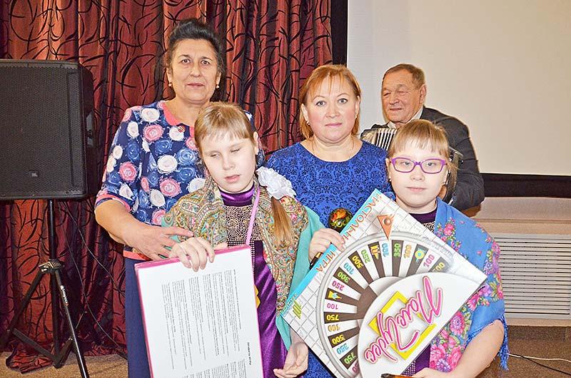 Сестры Настя и Даша Скоробогатовы за свое выступление были награждены подарками.