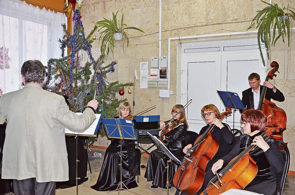 Праздничное настроение гостям дарило новогоднее украшение фойе и живая музыка в исполнении липецкого оркестра. На память о событии собравшиеся охотно фотографировались целыми коллективами.