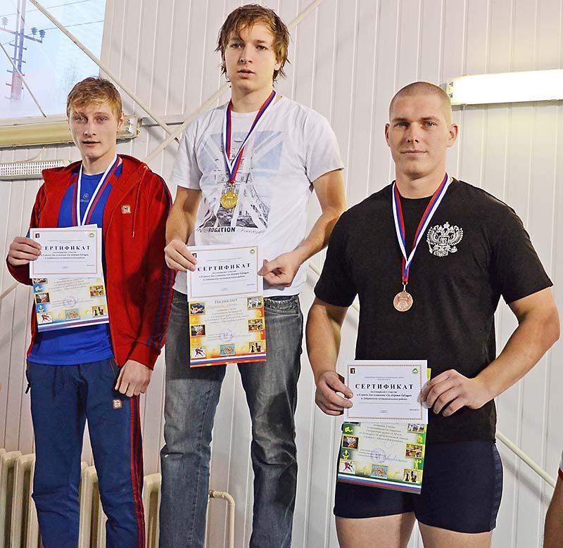 Проявили себя и студенты Добринского технического училища, заняв по итогам заплывов ряд призовых мест. Евгений Прудни- ков (справа) победил на дистанции 50 метров вольным стилем.