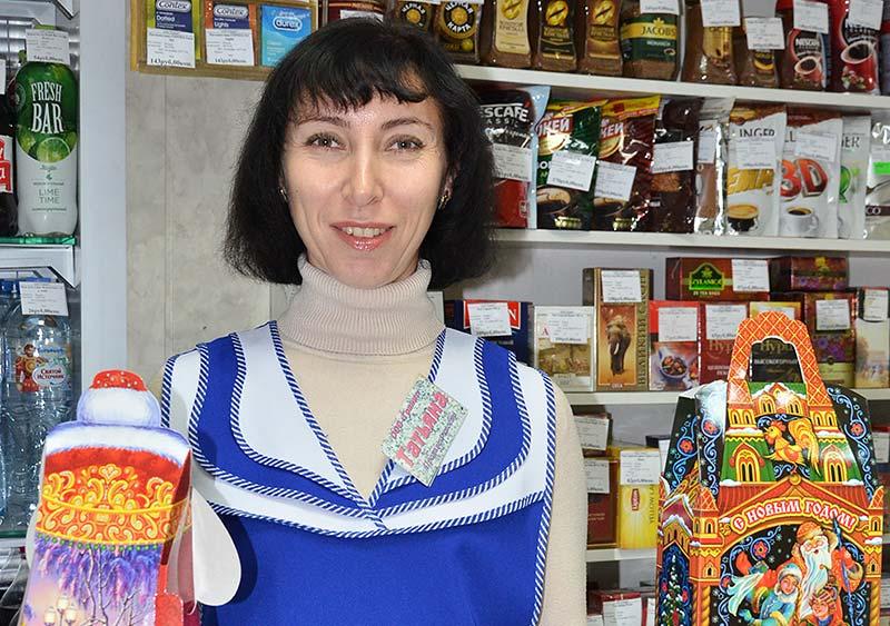Продавец магазина «Мегаполис» Татьяна Требунская предлагает покупателям самим собрать подарки вот в такие красивые новогодние упаковки.