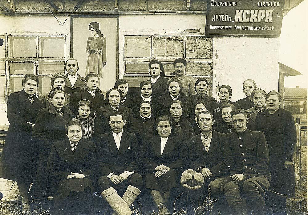 Коллектив швейной артели «Искра». Она располагалась по соседству с нынешним зданием РОНО.