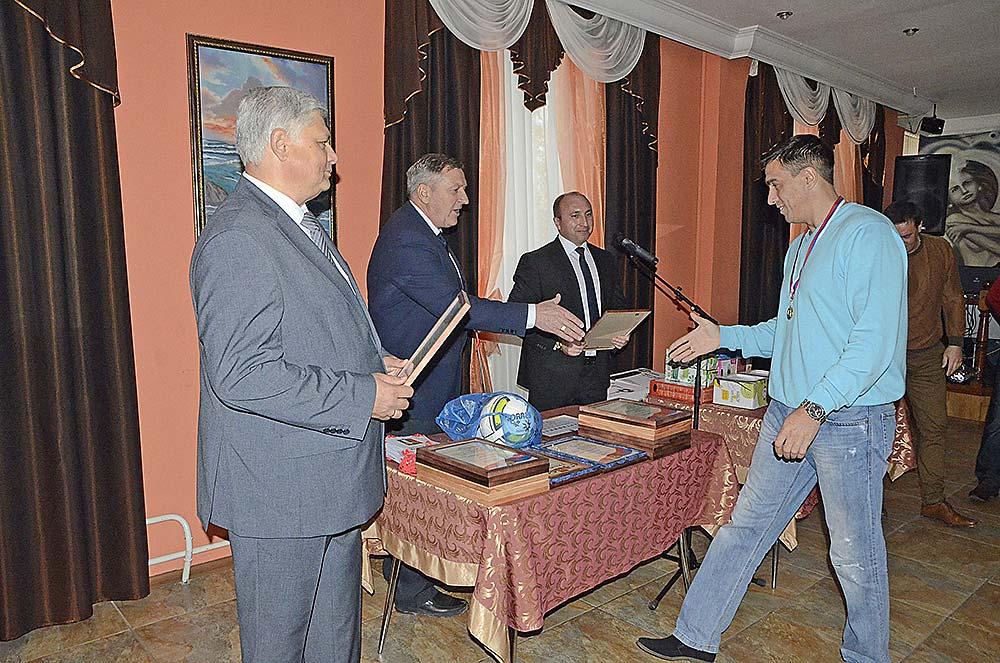 Алексей Кошкаров (справа) во время чествования команды по итогам сезона.