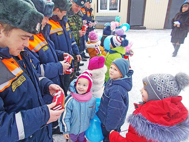 Малыши сделали ответный визит. Пришли к спасателям не с пустыми руками. Взрослым дядям подарили макеты пожарных машин, сделанные собственными руками.