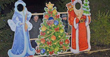 Сам себе Дед Мороз. Инсталяция в Демшинке в течение всех каникул привлекала внимание взрослых и детей. Каждый желающий мог в мгновение ока стать Дедом Морозом и Снегурочкой.
