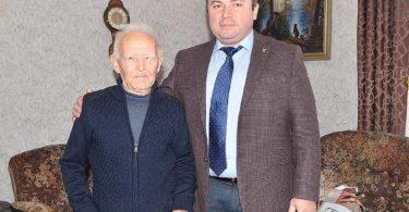 Глава муниципалитета передал виновнику торжества приветственный адрес от имени Президента России Владимира Путина, вручив ему подарок и денежную премию.