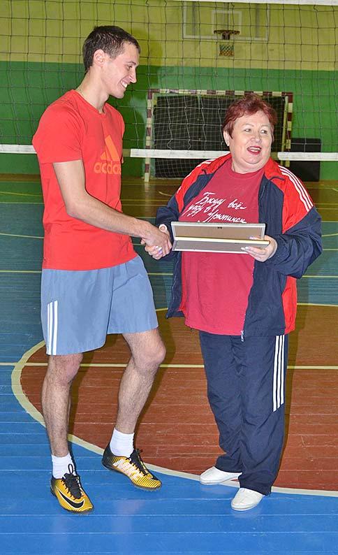Главный редактор районной газеты Тамара Шигина вручает сертификат участника волейбольного проекта Дмитрию Зенкину.