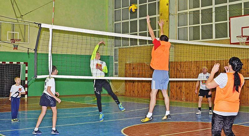На волейбольной площадке Зенкины и Пригородовы. Острый момент игры.