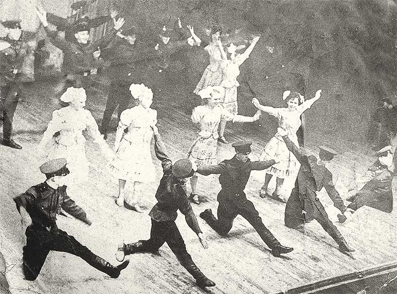С ансамблем песни и пляски во время службы в армии Владимир Аносов объехал много стран.