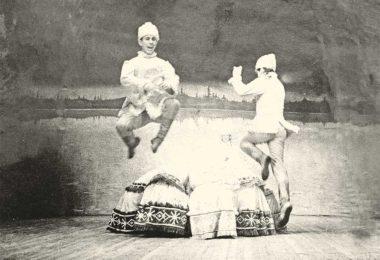 Владимир Аносов в высоком прыжке на сцене РДК. Танец «трепак».