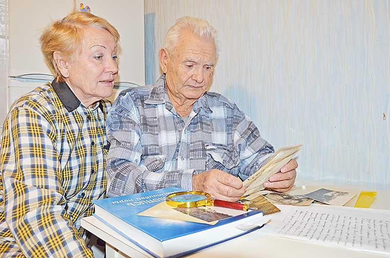 Брат найденного бойца Юрий Тупиков и его племянница Нина Беспалова смотрят старые семейные фотографии. Юрий Павлович всегда верил, что брат рано или поздно будет найден.