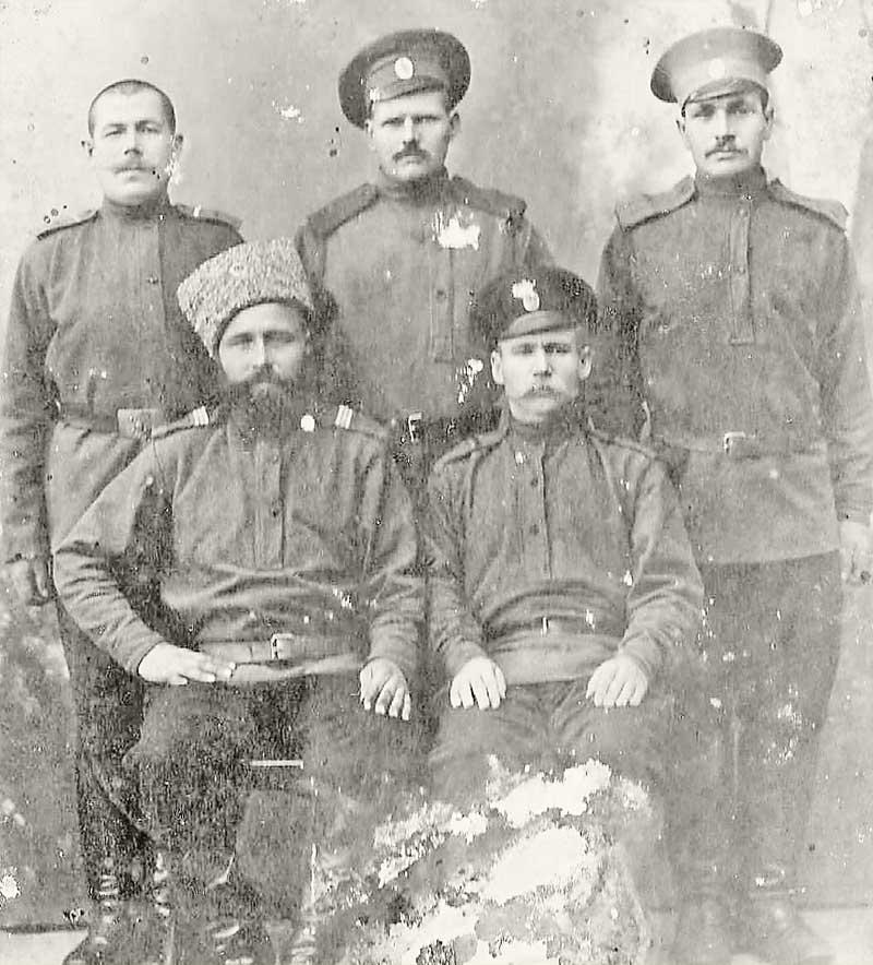 Та самая загадочная фотография пяти военных, тайну которой пытается разгадать Та- тьяна Ромашова.