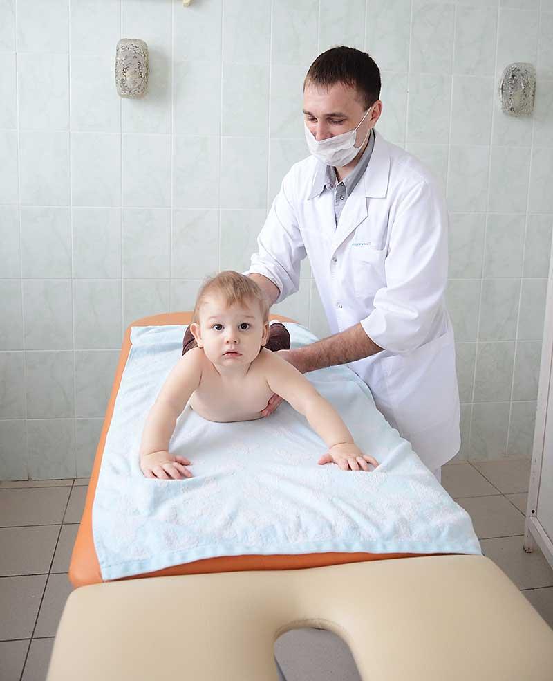 На массаж к Дмитрию Кудинову приводят самых маленьких пациентов.