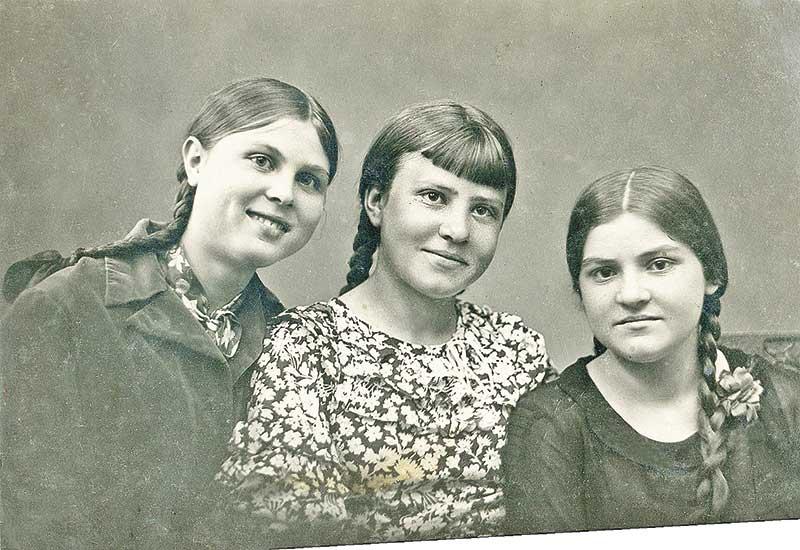 На фото 1941 года (слева) – Зинаида Григорова, тогда еще школьница. Она была невестой Дмитрия Тупикова.