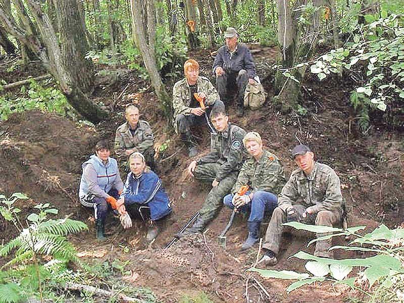 Поисковый отряд «Надежда» из Смоленской области. Эти ребята в ходе полевых работ подняли останки бойца Красной армии.