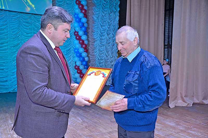 Среди выходивших в этот день на сцену районного Дома культуры был житель Средней Матренки Владимир Пешков.