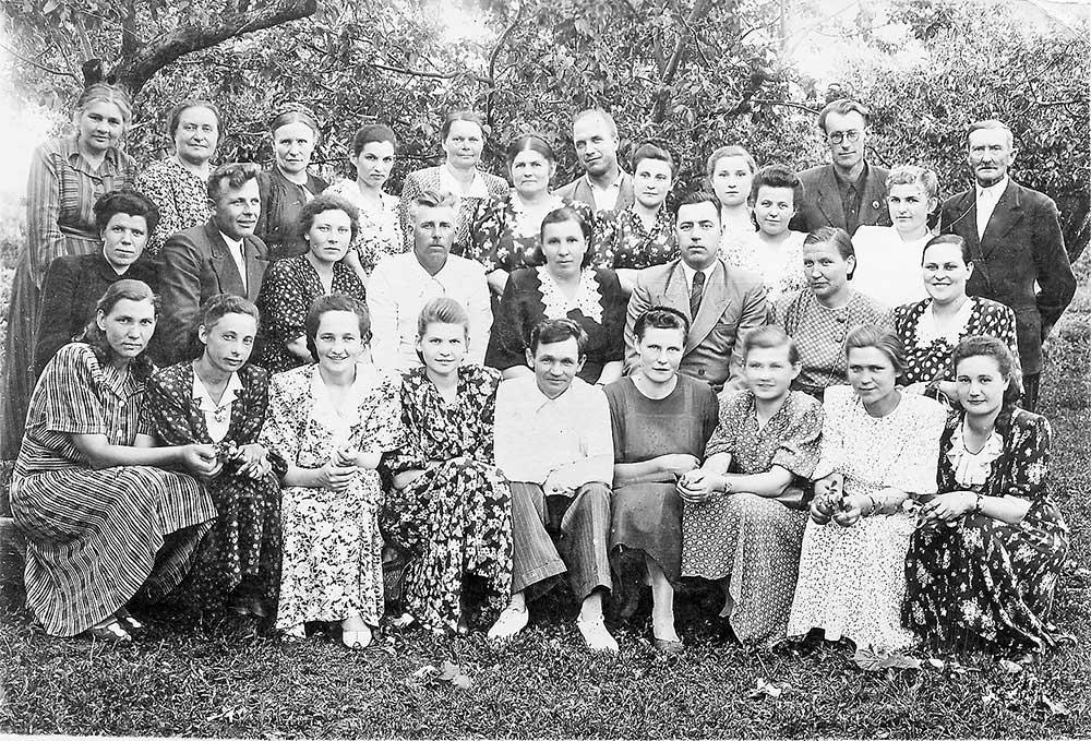 На снимке 1952 года: коллектив учителей. В заднем ряду крайний справа –И.В. Янцев.