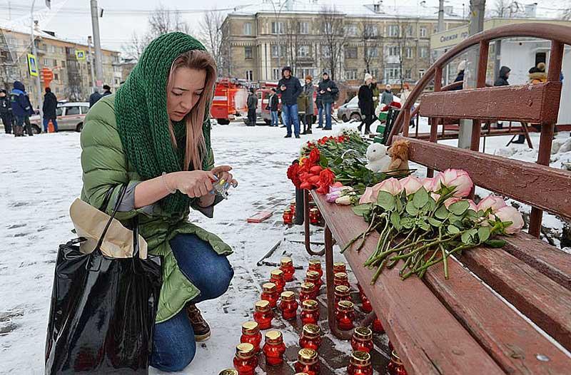 Фото: Sputnik.by (Alexandr Kryazhev) / Люди несут цветы и игрушки к месту трагедии, унесшей жизни более 60 человек. Среди жертв много детей.