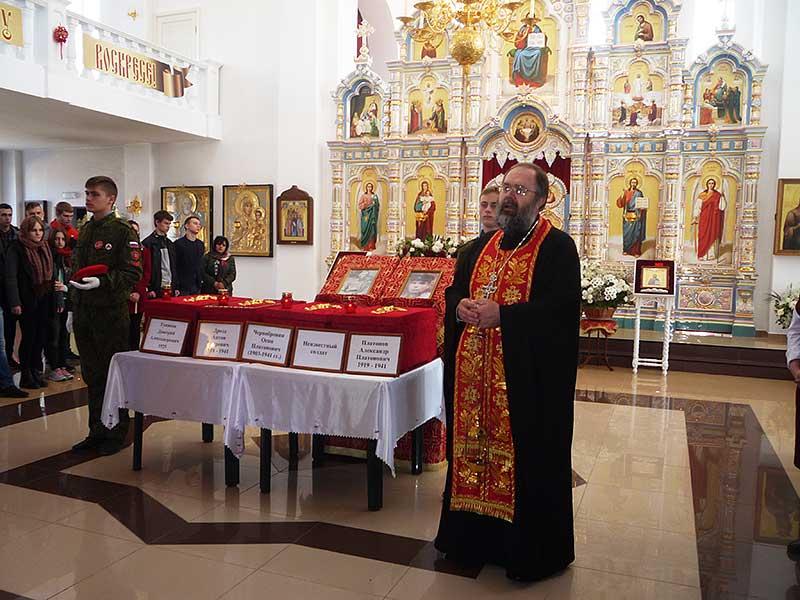 В храме Георгия Победоносца в Ярцево прошло отпевание пяти бойцов. После их останки были переданы родственникам и землякам.