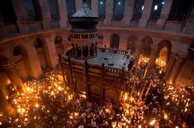Благодатный огонь сошел вИерусалиме
