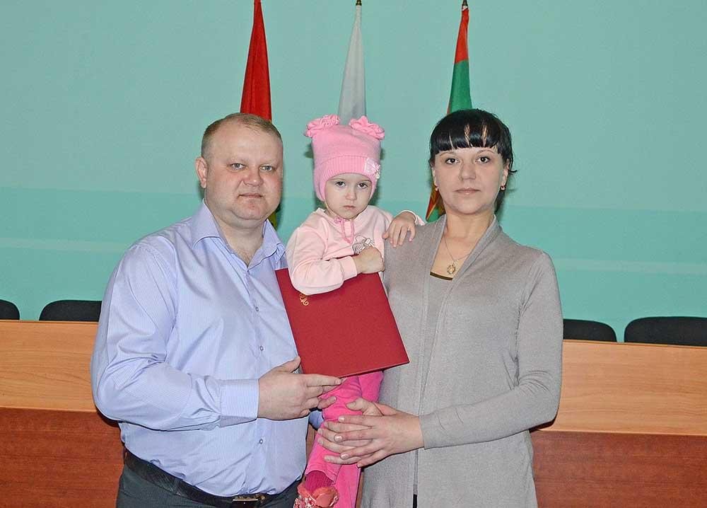 Среди тех, кому в этот день вручили сертификат на приобретение жилья, была семья Губиных. В ближайшее время они собираются купить дом в Добринке.