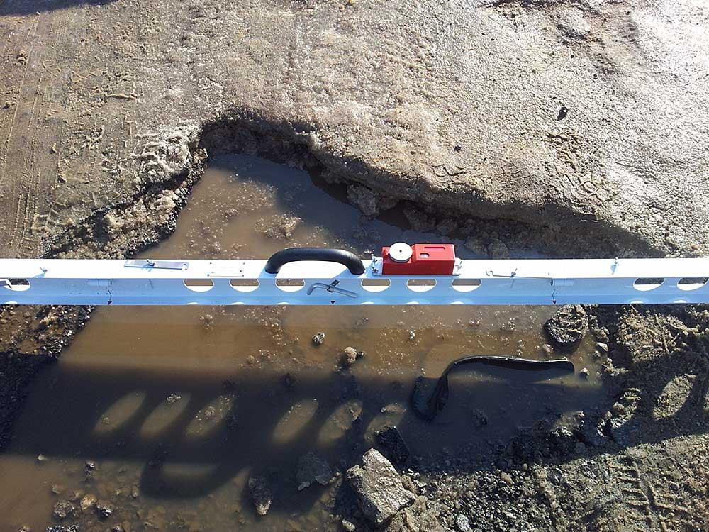Дорожные инспекторы в эти весенние дни помимо своих привычных обязанностей занимаются измерением глубины ям на наиболее проблемных участках дорог.