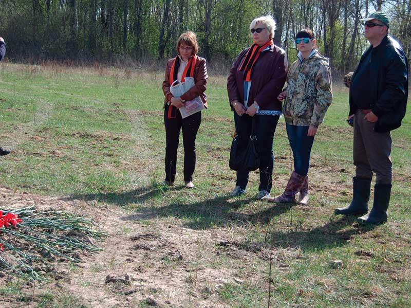 Родственники В. Коротаева рядом с местом его гибели.