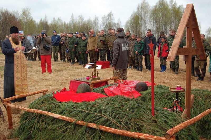 Отпевание поднятых поисковиками бойцов на Вахте памяти-2015.