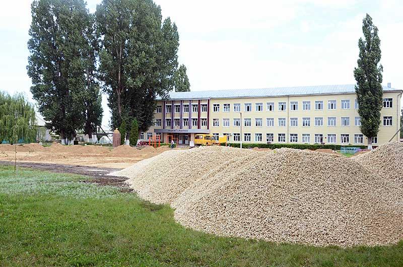 Еще на прошлой неделе на месте будущей спортплощадки возвышались большие кучи глины и щебенки. За последние дни строители подготовили ровное основание. Это один из главных этапов строительства.