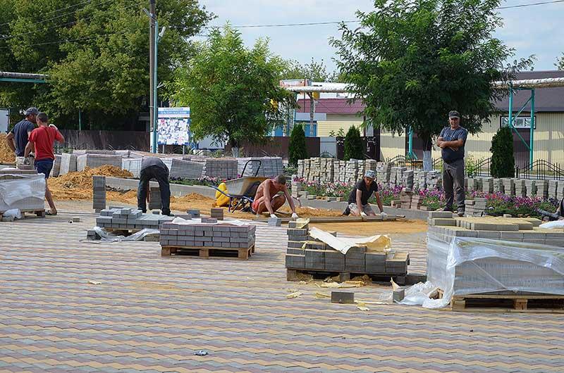 В скором времени главная площадь поселка Плавица будет вымощена новой тротуарной плиткой.