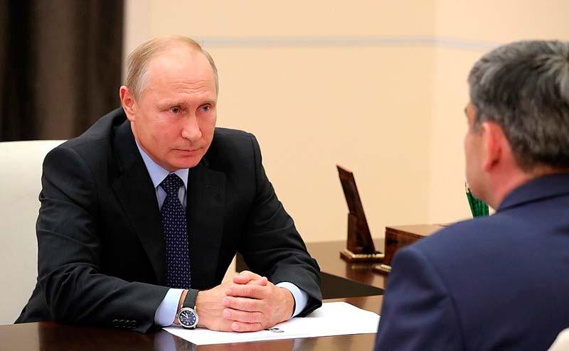 В ходе рабочей встречи с Казбеком Коковым. / Фото: kremlin.ru