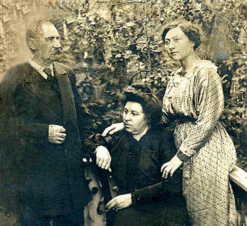 Купец А.К. Морозов с семьей.