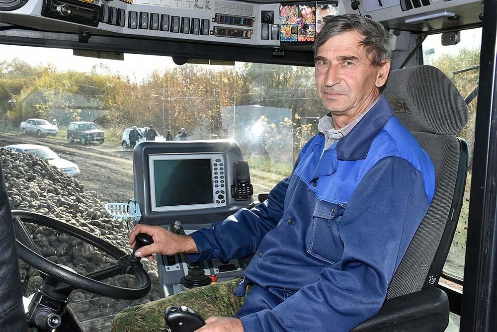 Погрузка корнеплодов в автомашины доверена механизатору с многолетним стажем Николаю Королеву.