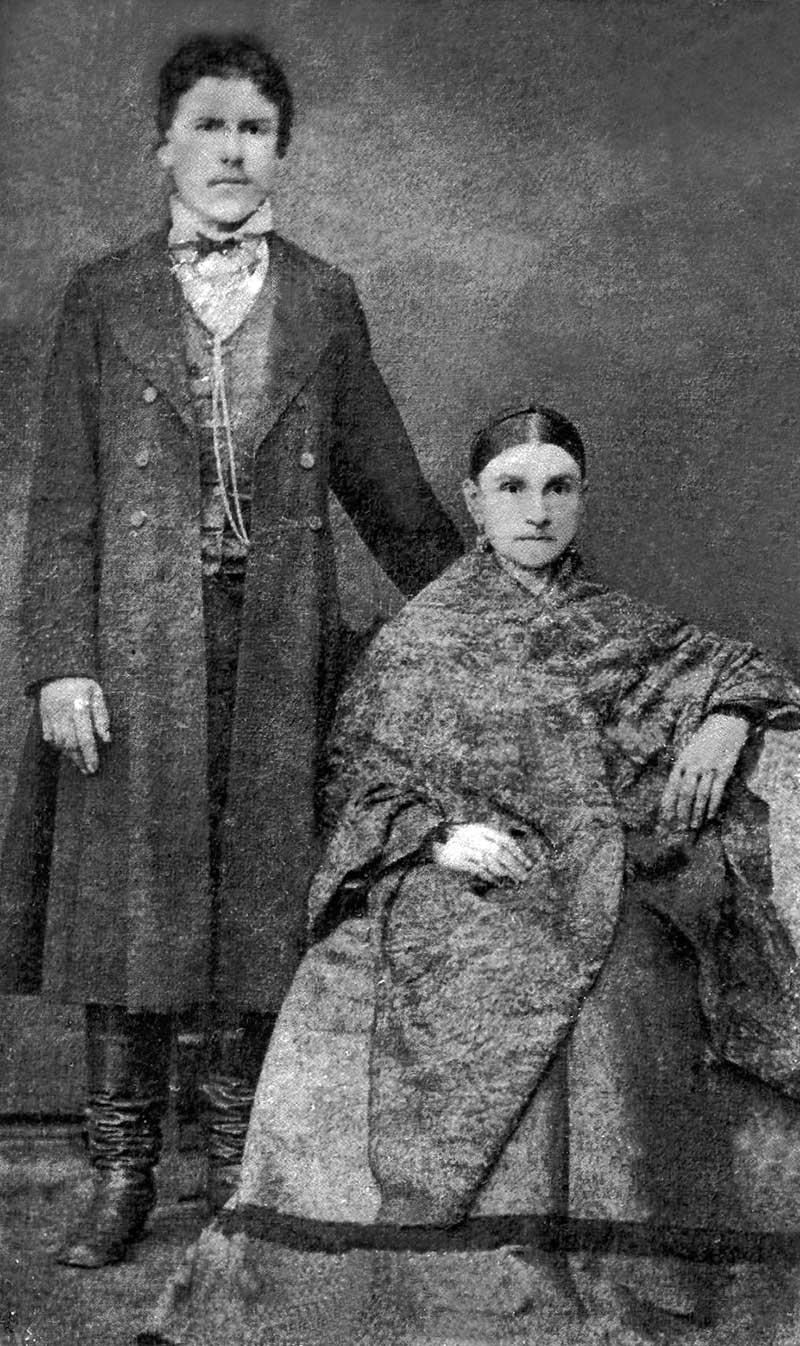 Степан Иванович Горбачев (Шехманский) со своей матерью Матреной Васильевной, 60-е годы XIX века.