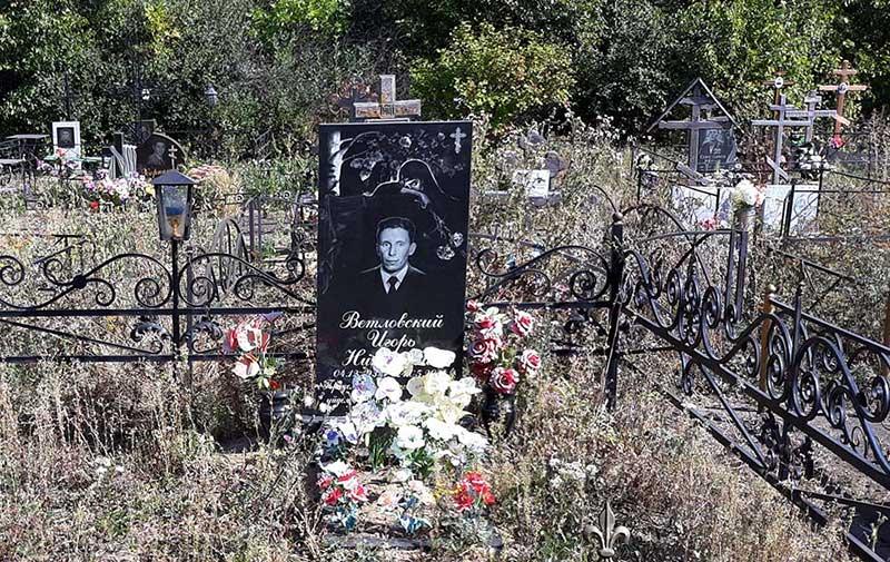 Могила нашего коллеги Игоря Ветловского, краеведа, много написавшего об истории села Среднее.