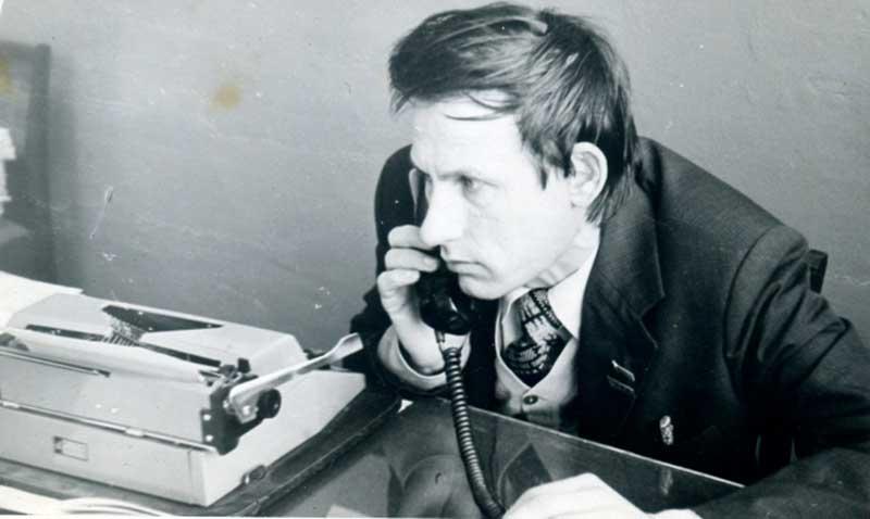 За рабочим столом - заместитель главного редактора В. В. Волокитин.