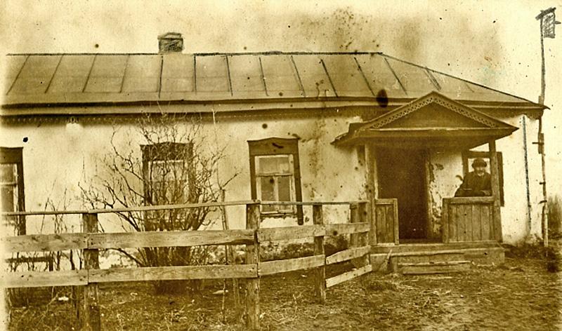 На снимке: мой дед А. И. Волокитин на крыльце своего дома, построенного в начале прошлого века. Фото 1946 года.